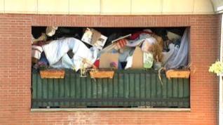 Preocupación por la montaña de basura acumulada por un vecino de Pamplona en su balcón