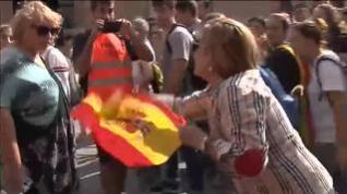 Tiran al suelo a una mujer que llevaba una bandera de España en las protestas de Tarragona