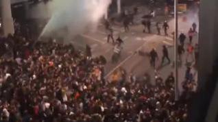 El caos continúa durante la noche en el aeropuerto de El Prat