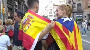 """Dós jóvenes con banderas de España y esteladas se abrazan y piden """"respeto"""""""