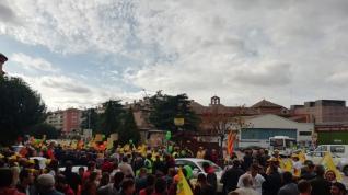 En la Puerta de Terrer decenas de personas esperan la llegada de los tractores que luego se concentrarán frente a la Oficina Delegada del Gobierno de Aragón.