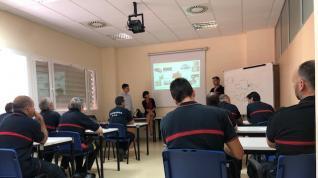 Los bomberos de la Diputación de Zaragoza se forman sobre cómo actuar en accidentes con coches eléctricos.