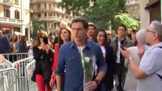 Rivera, Arrimadas y Roldán agradecen con flores a los agentes su trabajo en Cataluña