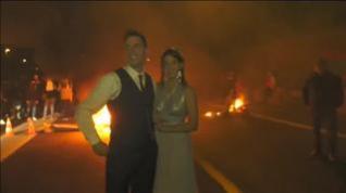 Los CDR vitorean a una pareja de recién casados en mitad de una barricada en la C-17 en Vic