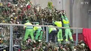 Comienzan a retirar las flores de la Ofrenda en la plaza del Pilar de Zaragoza