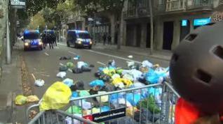 Bolsas de basura para protestar en la primera noche sin incidentes en Barcelona