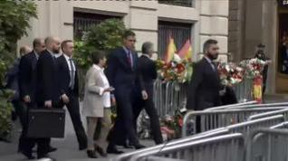 """Pedro Sánchez transmite su ánimo a la Policía en Barcelona: """"Tenemos que persistir"""""""
