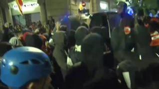 Policía y Mossos cargan conjuntamente y dispersan la Vía Laietana