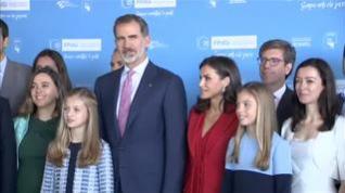 La familia real posa con los premiados por la Fundación Princesa de Girona