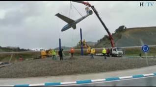 Un velero colocado junto a la A-21 promociona el vuelo sin motor en Santa Cilia (Huesca)