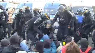 Los antidisturbios franceses comienzan a desalojar a los independentistas en La Jonquera