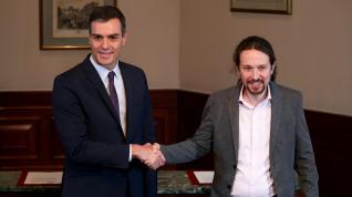 Pedro Sánchez y Pablo Iglesias, durante la firma del preacuerdo para formar un gobierno de coalición
