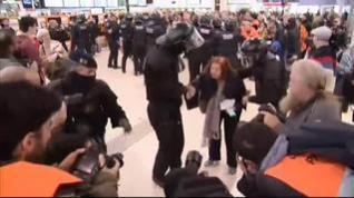 Los Mossos evitan que los CDR bloqueen la estación de Sants