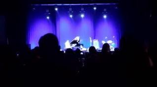 Salvador Sobral sorprende a la Multiusos cantando 'Somos'