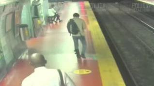 Cae a las vías del metro porque iba mirando el móvil