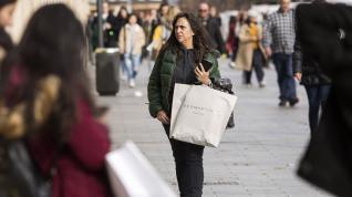 Día de compras por el Black Friday, como anticipo de la Navidad.