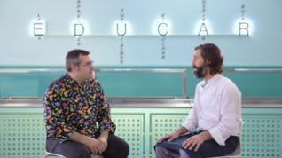 El consultor gastronómico escolar Martín Goldman charla con el jefe de cocina de Liceo Europa, David Marta.