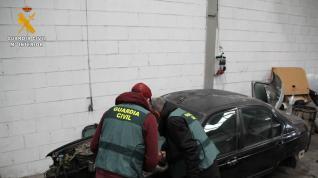 Agentes de la Guardia Civil inspeccionan los vehículos