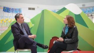 La experta en inteligencias múltiples Amparo Escamilla charla con el gerente del colegio Liceo Europa de Zaragoza, Ricardo Zapater, sobre esta teoría.