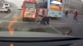 Un niño, a punto de ser arrollado tras caer de un autobús en marcha en China