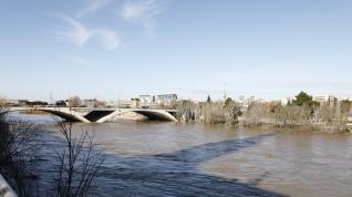A 1.133 metros cúbicos por segundo bajaba el Ebro al mediodía de este lunes por Zaragoza. Se trata de una avenida ordinaria. Los bomberos han restringido los accesos a los caminos de la ribera, que han quedado totalmente inundados.