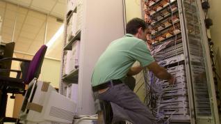 Un operario, actualizando los sistemas informáticos de la DPZ en la recta final de 1999.