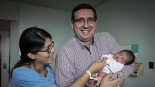 Carolina María, la primera española nacida este año fue zaragozana. Verónica Quispe y Jesús Madrona con su hija Carolina María en el Hospital Miguel Servet
