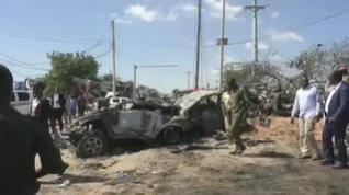 La explosión de un coche bomba en Somalia causa al menos 90 muertos