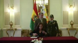 Exteriores niega que España intentara la salida de asilados de Evo Morales