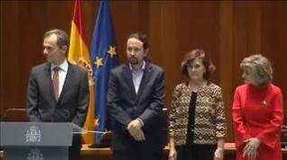 Pablo Iglesias recibe su cartera de vicepresidente de manos de Carmen Calvo