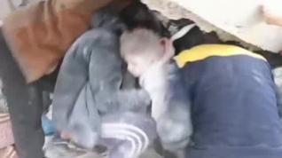 Angustioso rescate de una niña en Alepo tras un bombardeo de la aviación rusa
