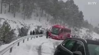 Dos autobuses se quedan cruzados por la nieve en la carretera de Alcalá de la Selva, en Teruel
