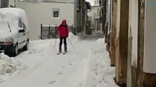 Esquiando por las calle de Alcalá de la Selva (Teruel)