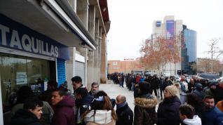 Aficionados del Real Zaragoza compran sus entradas en La Romareda para el partido de Copa del Rey contra el Real Madrid.