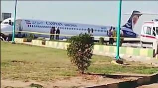 Un avión aterriza en medio de una autopista en Irán