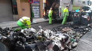 El incendio de 4 contenedores provoca daños en una fachada, un piso y dos motos