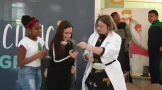 Los experimentos inundan los colegios de Zaragoza para celebrar el Día de la Mujer y la Niña en la Ciencia