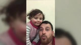 Un padre sirio finge ante su hija que las bombas son un juego para protegerla