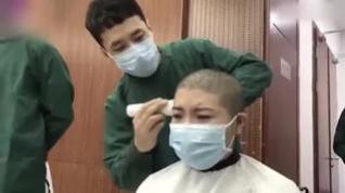 Los enfermeros chinos se rapan la cabeza para evitar que se propague el coronavirus