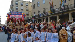 Colorido y animado desfile del carnaval en Tauste.