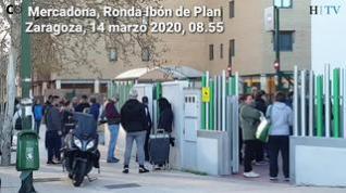 Coronavirus: Los supermercados de Zaragoza vuelven a amanecer con largas filas a la hora de su apertura
