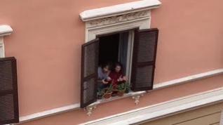 Los italianos salen a los balcones a aplaudir a los médicos que luchan contra el coronavirus