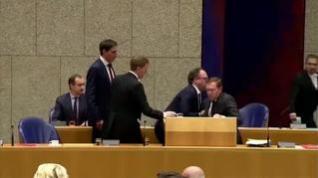 Coronavirus: El ministro de Sanidad de Países Bajos se desmaya durante un pleno por agotamiento