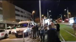 Los taxistas de Zaragoza se suman al homenaje a los sanitarios en el Hospitall Miguel Servet