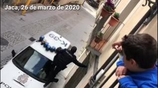La Policía Nacional de Jaca trepa a un balcón para entregar pasteles para celebrar un cumpleaños