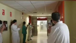 Los sanitarios del Clínico de Zaragoza homenajean con un emotivo aplauso a sus compañeros de la UCI