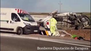 Tres heridos en la A-2 al chocar un camión contra dos furgonetas de conservación de carreteras