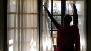 La concejala de Sallent Lucía Guillén canta 'Frénalo' para los niños que están en casa