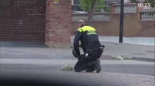 Una pareja de la Policía Local de Zaragoza rinde un homenaje a los fallecidos por coronavirus