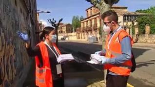 El Ayuntamiento de Astorga, en León, reparte a domicilio mascarillas a los niños